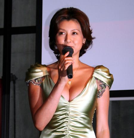 ゴールドドレスの藤原紀香