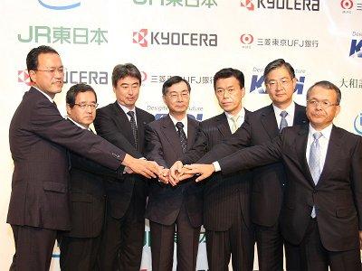 新会社の社長となる田中孝司氏(一番左)と出資者の代表。左から京セラの中... KDDI、モバイル