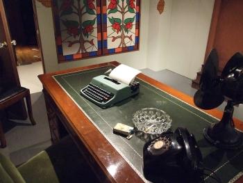 忠実に再現された工藤探偵事務所の一室。タイプライターにキャメルのタバコ... 丸の内ハウス×松田