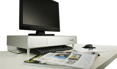 低い机上棚でディスプレイ台を作成。下にキーボードをしまえます。もう一つは側板の高さを高くしてファイルをしっかり収納。下にはデスクトップPCを置きました。
