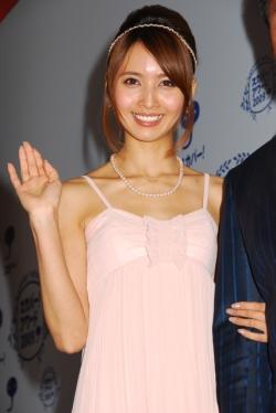 ピンクのドレス姿の加藤夏希。