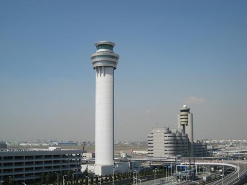 新管制塔(手前)と現管制塔。写真提供:東京空港事務所 新滑走路に先駆け...  世界でも稀に見る