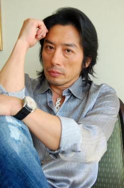ラフな格好の真田広之さん