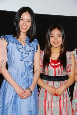 映画『ムラサキカガミ』の初日舞台挨拶に出席した長澤奈央(左)と紗綾 同... 紗綾、初主演映画『