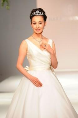 檀れい、10億円のジュエリーを身につけてウエディングドレス姿を披露