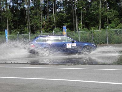 自動車の安全技術「ESC(横滑り防止装置)」普及へ、体験試乗会を開催
