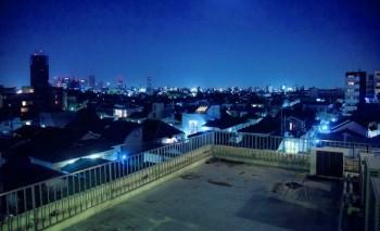寺尾:文字だけだとわかりにくいので、参考までに僕がTYPE,MOONの作品「空の境界」をイメージしてスタジオの屋上から撮影した写真をご紹介します。