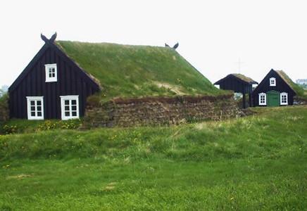 芝に包まれた家や湖に浮かぶ家!? 「世界の不思議な伝統住居 16選」公開