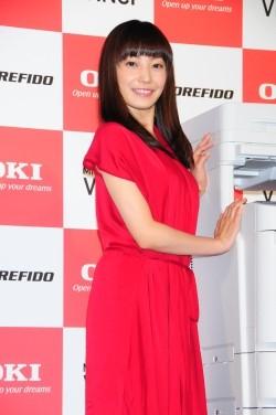 赤のドレスの菅野美穂