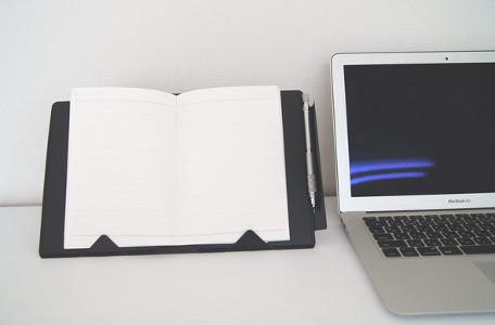 8894461a45 メモしたノートをPCと並べて置ける「立つノートカバー」開発! | マイナビ ...