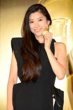 黒いセクシードレスの篠原涼子