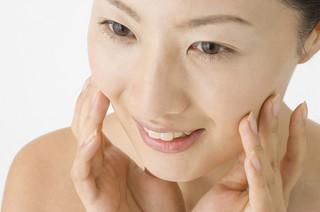 女性は年をとったと「肌」で感じ、男性は「●●」で実感 - 年齢意識調査
