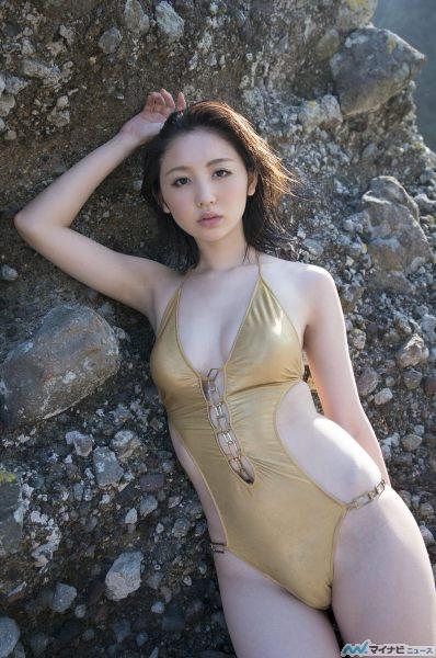 金色の水着姿のおのののかさん