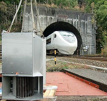 北陸トンネルの湧水排水路に ...