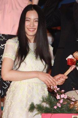 細い腕の仲間由紀恵さん