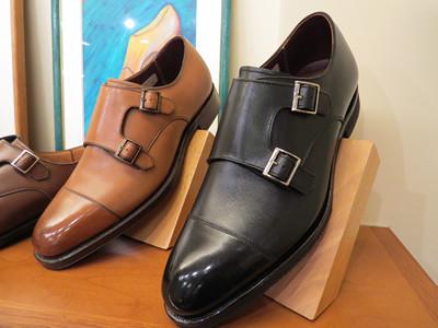 ビジネスシーンでスーツに合わせるなら紐靴をチョイスしよう。紐なしならばモンクストラップがおすすめだ。(写真はダブルモンクストラップ)