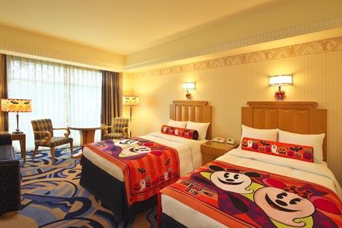 ディズニーアンバサダーホテルは6月10日、秋のハロウィーンと冬のクリスマスの時期限定の特別な客室の予約を開始する。