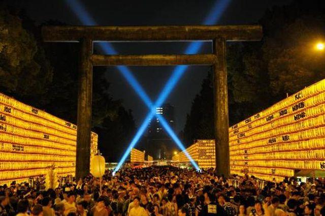 image:東京都・靖国神社で、幻想的な光に包まれ盆踊りを行う「みたままつり」開催