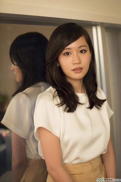 ベージュコーデの前田敦子