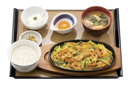 味噌の風味がくせになる、岐阜名物「鶏ちゃん焼」が定食で登場