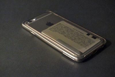 c03fdc1f59 ソフトケースの内側に収まったICカード。これでiPhoneでもおサイフケータイのような買い物ができる。見た目はアレだが…