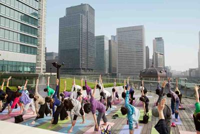 東京都・丸の内で働く女性向けのヨガイベント開催