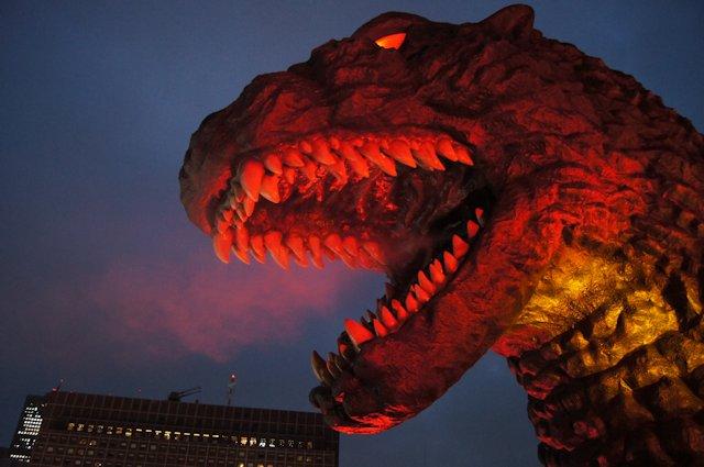 image:東京・新宿にゴジラ出現、発光&咆哮演出ありの「ゴジラヘッド」お披露目