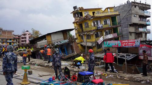 ネパール地震で破壊されたカトマ...
