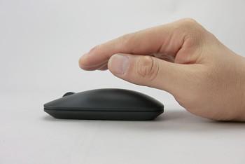 70c5ddc6d7 マウスの両サイドを持つより、手のひらを上からかぶせるようにしたほうが使いやすいかもしれない。ホイールの回転は少し硬めだ