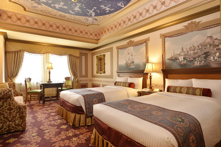 ミリアルリゾートホテルズは6月8日、東京ディズニーシー・ホテルミラコスタ(千葉県浦安市)にて新客室「カピターノ・ミッキー・スーペリアルーム」を新設し、「ヴェネツィア・サイド」と「ポルト・パラディーゾ・サイド」の客室の内装をリニューアルした。