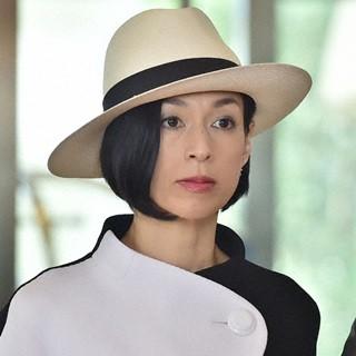 帽子をかぶっている鈴木保奈美