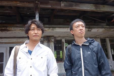 廃虚を訪れたTEAM NACS・安田顕(左)と、映画監督の野口照夫 同... 安田顕、映画監督・