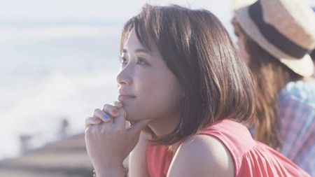 大原櫻子、新曲『真夏の太モンクレール ダウン キムタク陽』MVにペナルティ・ヒデが登場! BBQを指南