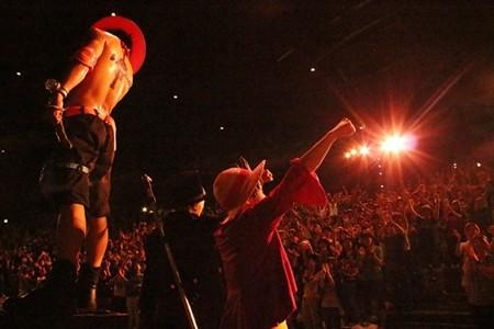 USJ『ワンピース』ショー初披露! ルフィ・モンクレール ポロシャツ 大阪サボ・エース3兄弟の絆にファン熱狂