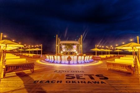 沖縄にコロナプロデュースのリゾート登場 - ビーチベッドから夕日を