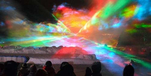 神奈川県の夜空に巨大で幻想的なオーロラが! 首都圏初モンクレール アウトレットのオーロラショー開催