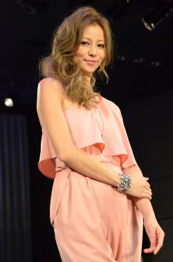 ピンクの衣装の香里奈