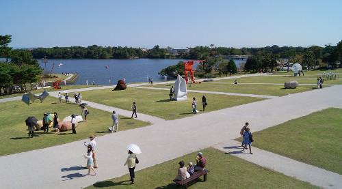 公園に広がるアート世界、国内最古の野外彫刻展「UBEビエンナーレ」開幕!