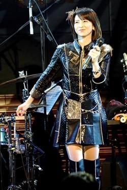 千里 ミニスカ 森高 森高千里:まるで20代? 超ミニスカ姿でデビュー記念日にコンサート