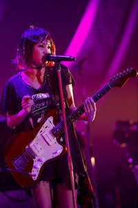 ギターを弾くLiSA