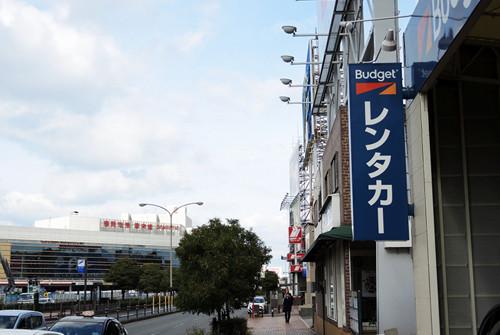 九州を代表する福岡県福岡市は、市中心部と空港が近いことでも有名。とは言え、福岡県は郊外にも観光スポットが多く、都市高速も充実しており、何より九州各地への拠点として福岡空港からのレンタカー利用はメリットが大きいと言える。今回は、福岡空港のお得...