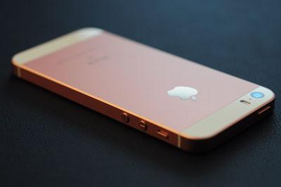 0e964b891f iPhone 5sと同じアルミニウムとガラスの背面を持つ、シンプルで直線的なデザインを踏襲