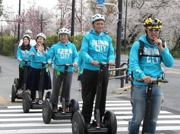 セグウェイツアーのイメージ(プレス向けの撮影会より)。横断歩道の走行や保安要員のセグウェイ利用も、茨城県つくば市で先行している実証実験中に緩和された