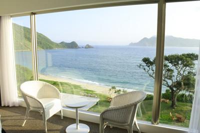 奄美大島の南部に位置するリゾートホテル「THE SCENE」。目の前にビーチをのぞみ、支配人が「モルディブを視察して構想を練った」という夢のような空間の全貌をご紹介しよう。