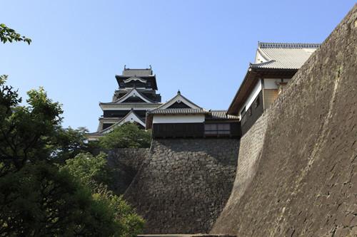 4月14日21時26分頃、熊本県で最大震度7の地震が発生し、最大震度6弱の大きな余震も記録された。熊本市内の観光地名所・施設は15日10時現在、「熊本城」や「水前寺成趣園」など61施設が臨時閉館となり、16日以降の営業は被害状況を確認後、判...