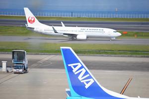 4月14日21時26分頃に発生した「平成28年熊本地震」(最大震度7)の影響により、一部寸断されている九州域内の交通網を補うために、JALグループとANAはともに、16日以降も臨時便を運航する。