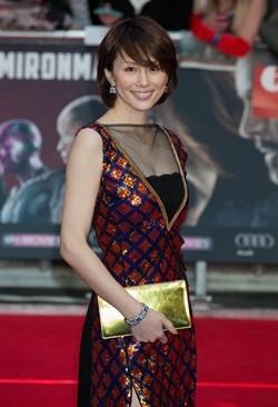 赤青ドレスの米倉涼子