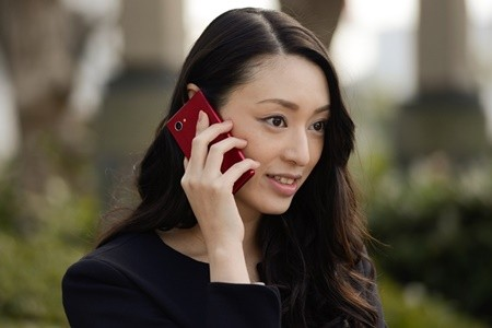 電話をしている栗山千明