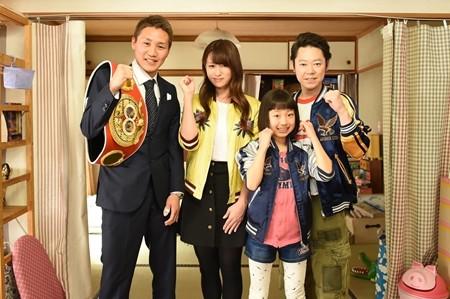 左から小國以載選手、深田恭子、山田美紅羽、阿部サダヲ このドラマは、中卒の父と偏差値41の娘が、