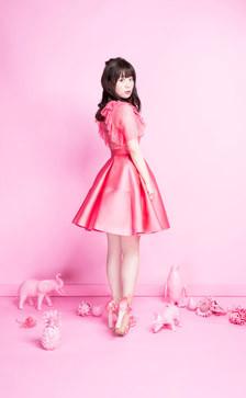 ピンクのドレスの井口裕香
